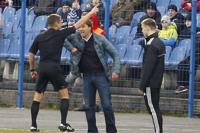 Главный судья матча Юрий Безбородов попросил главного тренера «Балтики» покинуть поле.