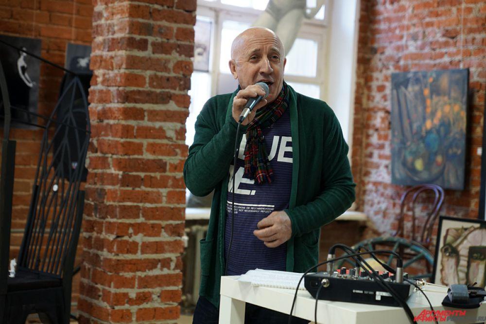 Также в ходе вернисажа состоялся получасовой спектакль-пародия от артиста пермской эстрады Александра Сумишевского.