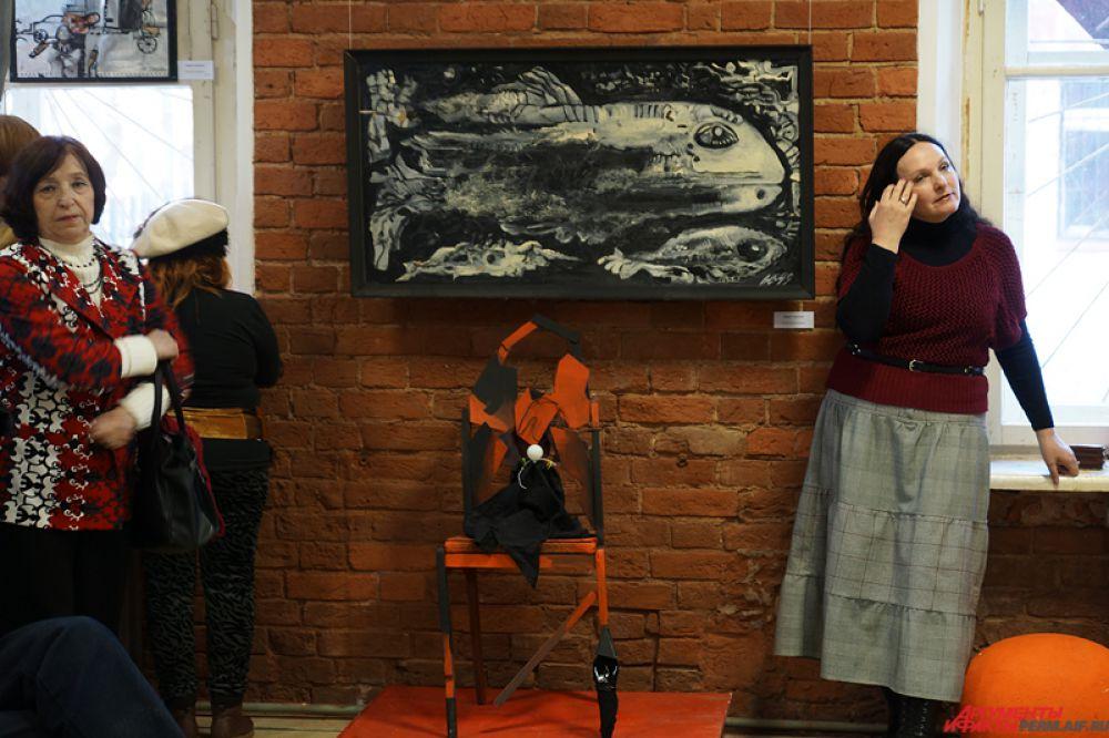 Кроме того, предмет мебели уютно расположился на картинах.