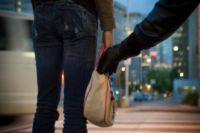 Грабитель выхватил сумку у женщины и убежал.