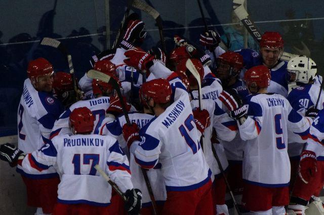 Сборная России празднует победу над сборной США.