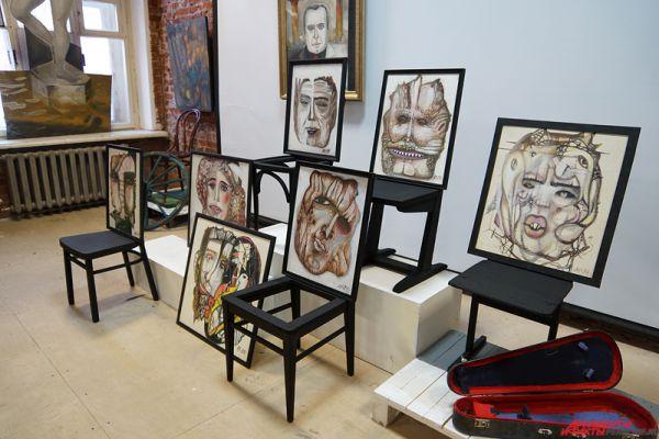 Художники попытались обыграть этот предмет мебели, используя его как объект, повод для творчества, элемент художественного высказывания, играя с его формой, придавая ему разные смыслы и содержание.