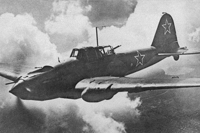 Одиночный Ил-2 в воздухе. Под конец войны штурмовики стали применять массированно - до 500 (!) машин за раз.