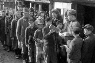 Советские воины раздают хлеб жителям города Бреслау в годы Великой Отечественной войны.
