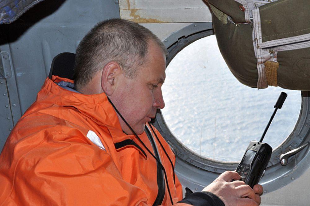 О ходе спасательной операции с борта вертолёта докладывают в штаб.