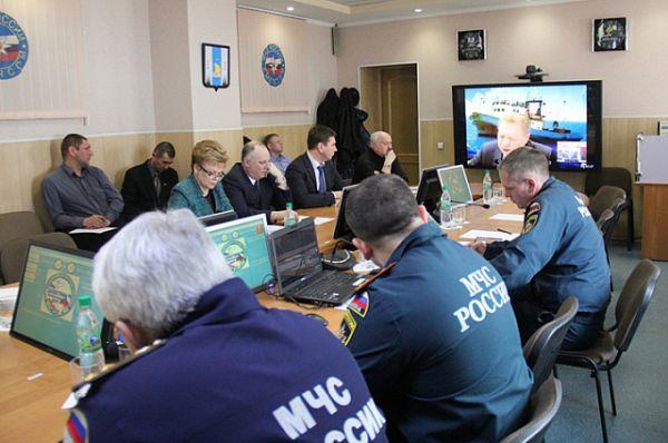 В это время в штабе идёт совещание по проведению поисково-спасательной операции.