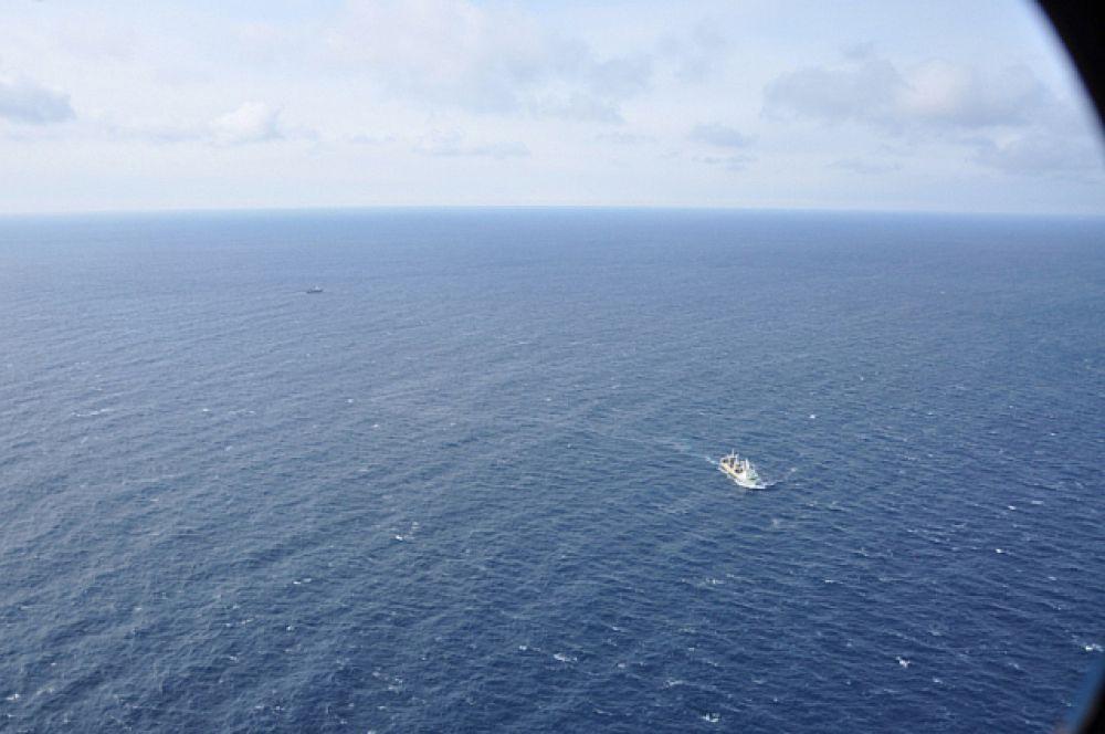 Поиски на море ведут 26 рыболовных траулера.