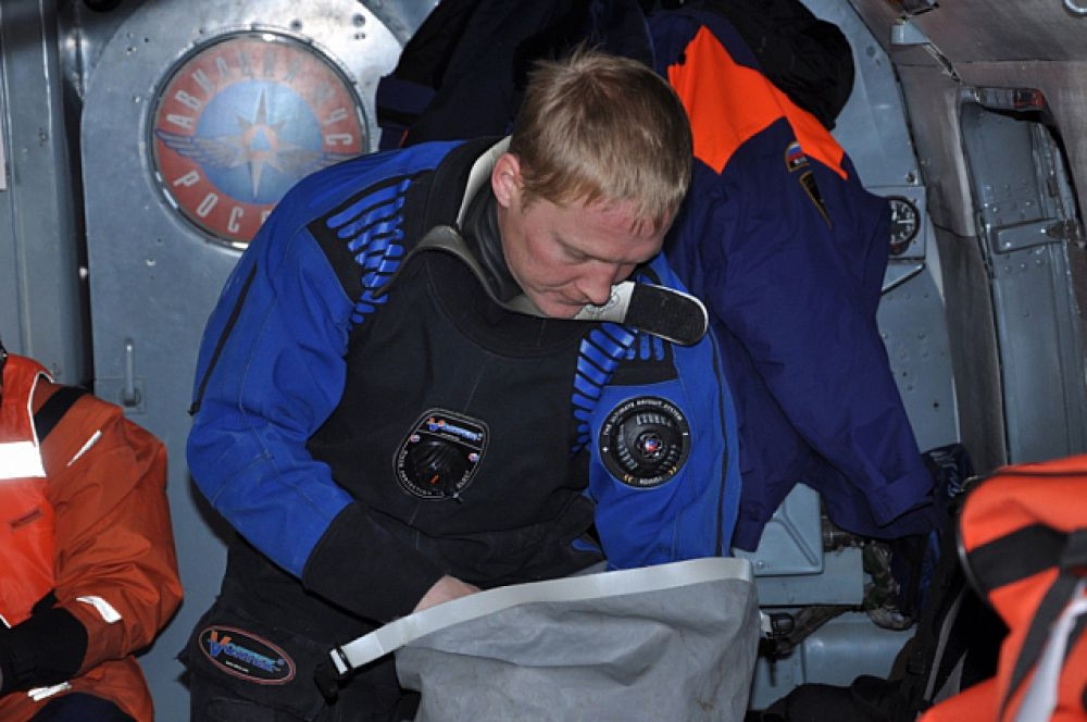 Спасатель готовит оборудование для возможного спуска на воду.