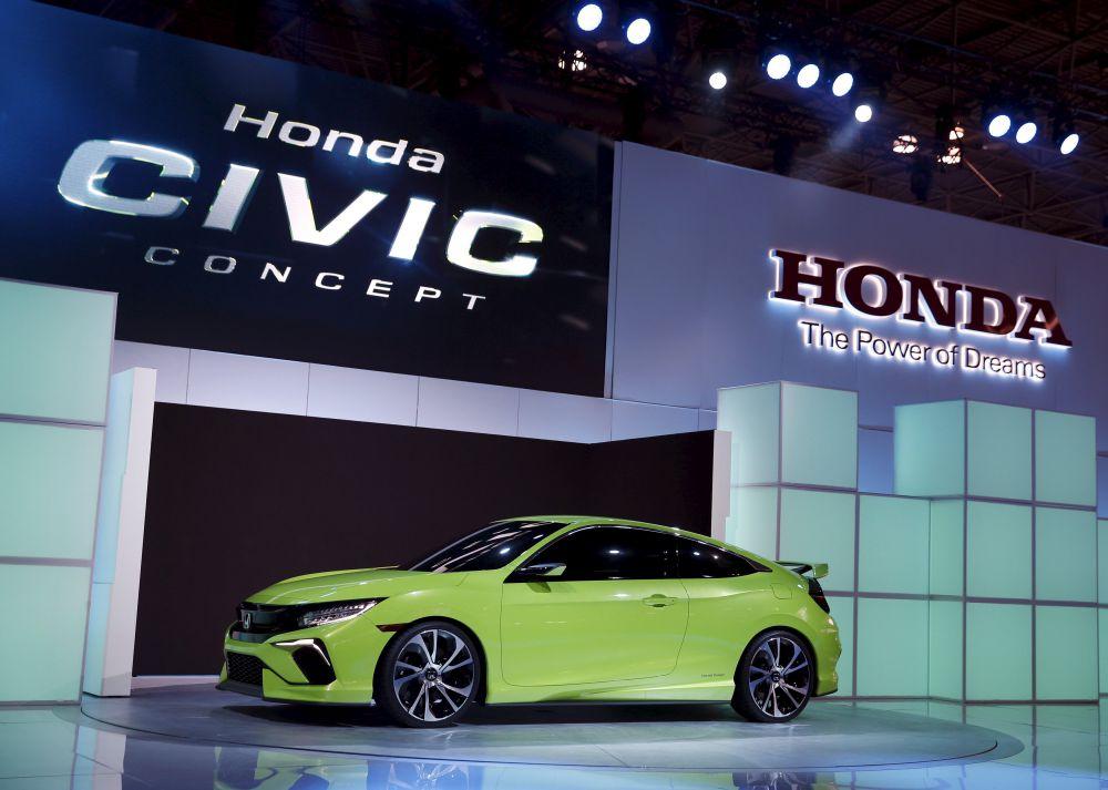 Honda представила автомобиль Honda Civic десятого поколения. Машина приобрела еще более спортивный вид. Габаритные огни продублированы спереди и сзади, антикрыло оснащено специальной подсветкой.