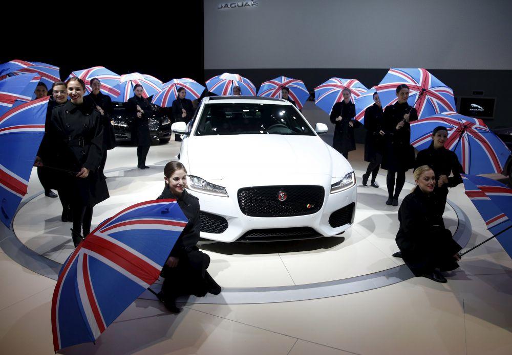 Новый Jaguar XF на 75% состоит из алюминия. Он стал легче предшественника и расходует меньше топлива. Автомобиль может самостоятельно парковаться, опираясь на данные, которые фиксируют камеры, встроенные в боковые зеркала, в решетку радиатора и в задней части машины.