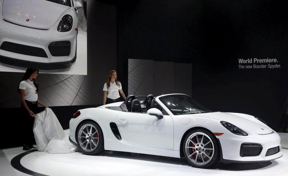 Porsche Boxster Spyder 2, представленный на автосалоне, считается самой мощной и быстрой версией модели за всю ее историю. Изменился передний бампер модели, воздухозаборник в нижней части капота, корпуса зеркал заднего вида и форма складной тканевой крыши.