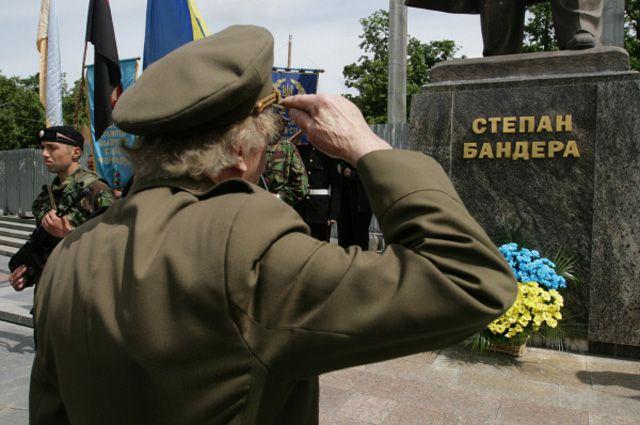 У памятника Степану Бандере в центре Львова.