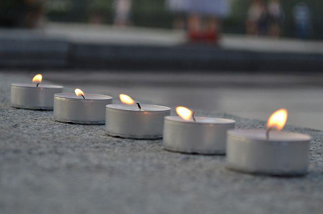 Свечи, зажжённые в память о погибших.