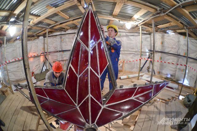 Один из главных символов Кремля - рубиновые звёзды. Та, что на Спасской башне, скоро засияет вновь.