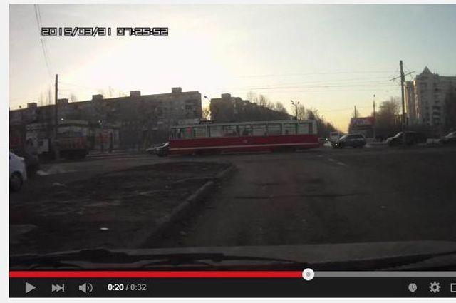 Трамвай врезался в джип.