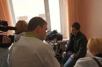 Спасённый рыбак отвечает на вопросы журналистов.