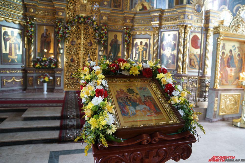 Помещение церквей украсили цветами и красочными букетами.