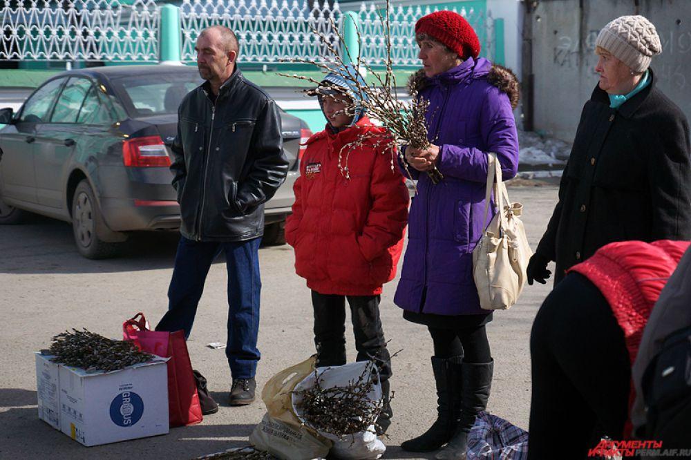 А у входа в храм у предприимчивых пермяков можно было приобрести ветви за 20 рублей.