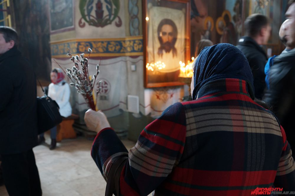 По традиции, верующие приходят в храмы с ветками вербы.