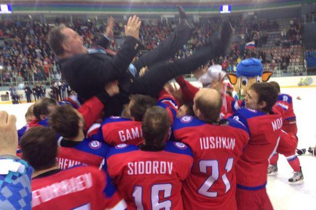 Игроки сборной России качают тренера Андрея Василевского.