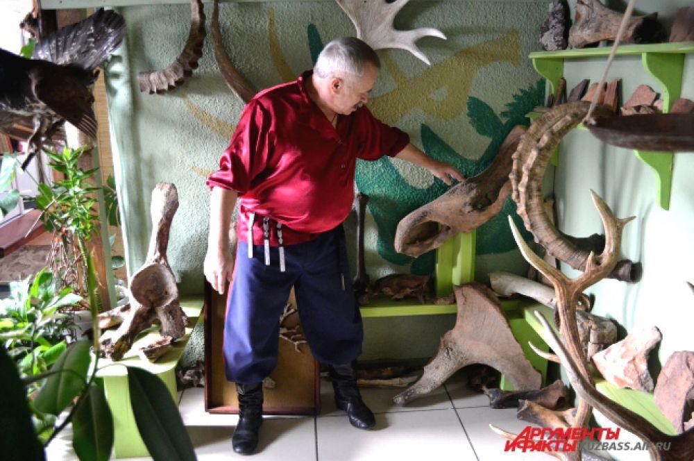 И собрать. Тут у него и кости носорогов и мамонтов, и окаменелости, и старинные орудия труда, и утюги, и самовары.