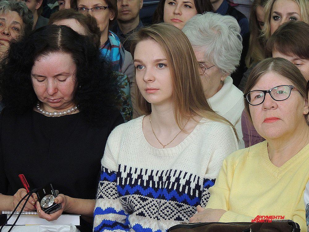 В зале можно было увидеть как молодых поклонников Прилепина, так и представителей более старшего поколения.