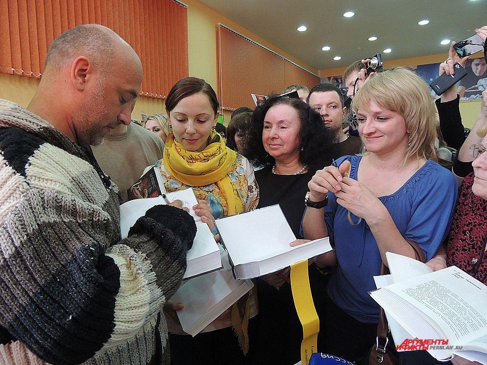 В Перми известного российского писателя встретили очень радушно.