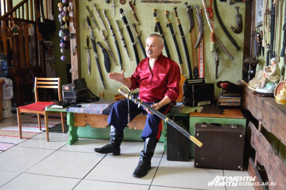 А на соседней стенке – коллекция оружия.