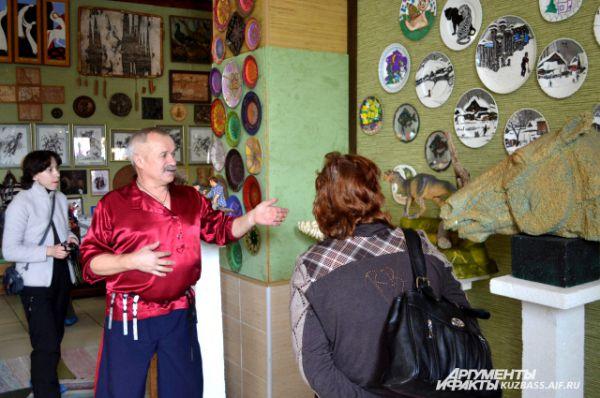 Экспонаты развешаны по всем стенам. О каждом из них Юрий Михайлов помнит историю.