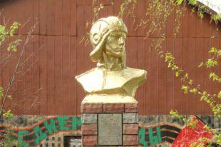 Памятник Дмитрию Комарову в Шахунье
