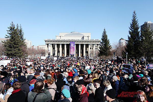 Не секрет, что в Новосибирске за последние несколько месяцев прошёл целый ряд митингов, устроенных православными активистами, не разделяющими взгляды современных деятелей культуры. Но 5 апреля жители города собрались с ответной акцией: на площади Ленина прошёл митинг против вмешательства церкви в дела искусства.Акция протеста оказалась массовой: на площади Ленина собралось более 2,5 тысяч несогласных с действиями православных активистов.
