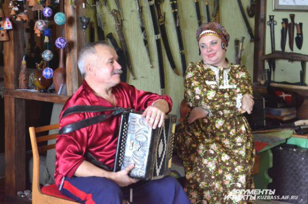 Всё это станет одним целым, когда Юрий и его жена Татьяна запоют казацкие песни.