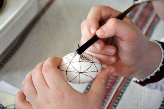 Как оригинально раскрасить яйца на Пасху – видеоурок ...
