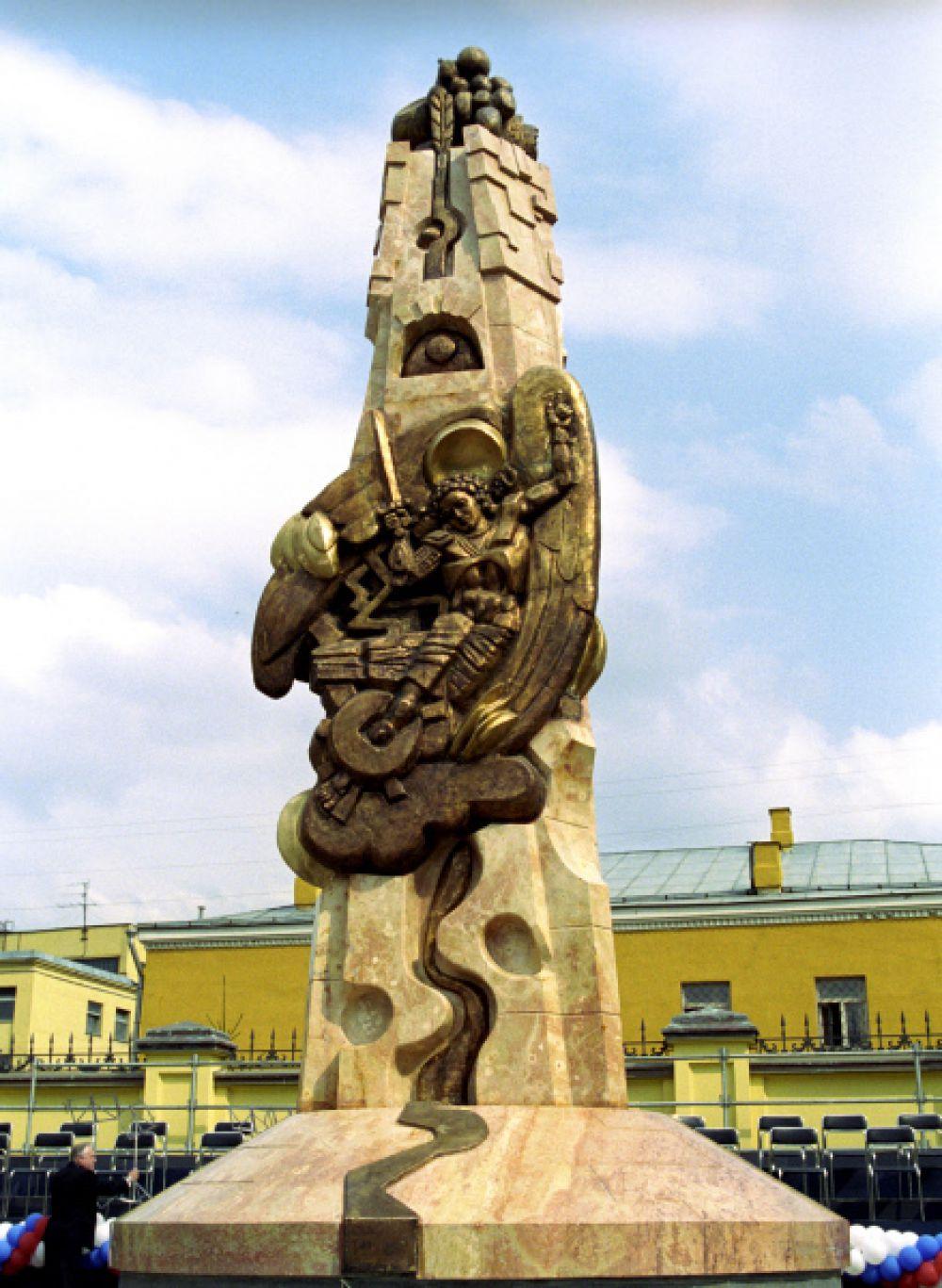 Монумент-памятник «Возрождение», находящийся на Большой Ордынке в Москве, установили в 2000 году как символ новой России, как символ людей на лучшее будущее и перемены. Центральный образ скульптуры - Архангел Михаил, предводитель небесных сил в борьбе со злом.