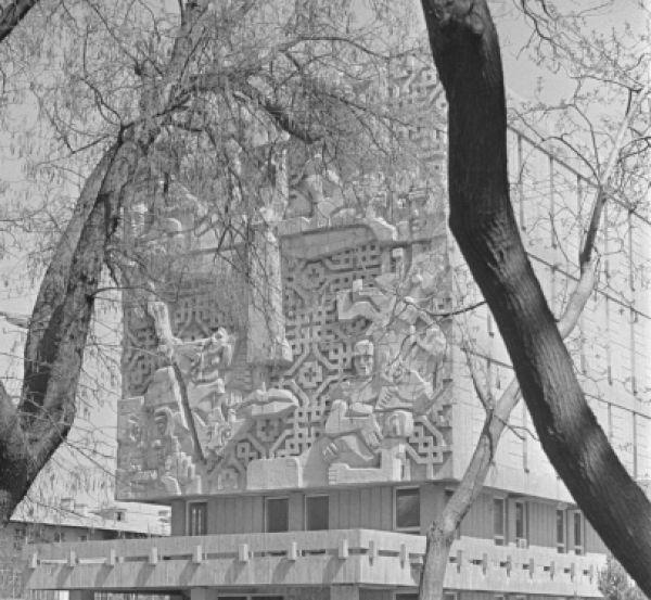 Последняя работа скульптора на родине – барельеф на здании бывшего ЦК КПСС ТССР в Ашхабаде, где сейчас находится Госархив. Скульптор изобразил лицо Туркмении, которая через царизм, потери и лишения пришла к коммунизму. Оторванные головы державного орла, женщина в платье с национальным орнаментом, страдающая лошадь и гипертрофированные человеческие конечности – достаточно пугающее панно, от которого невозможно отвести взгляд.