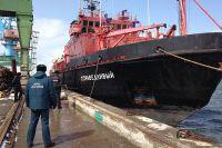 Спасательное судно «Справедливый» доставило экипаж погибшего траулера в Корсаков.