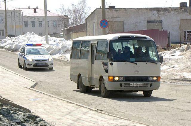 Спасённых рыбаков доставили в больницу на автобусе.