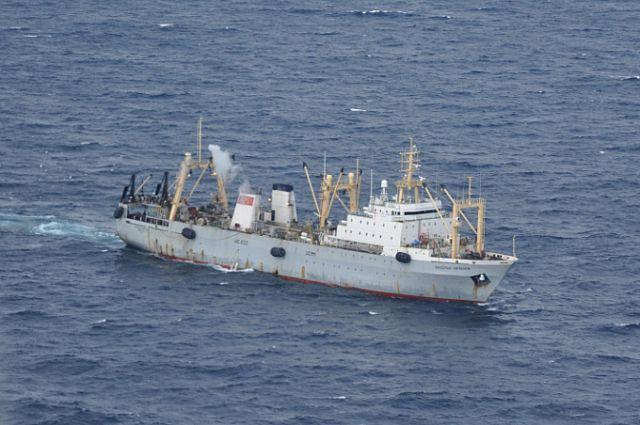 Поиски пропавших без вести рыбаков продолжаются.