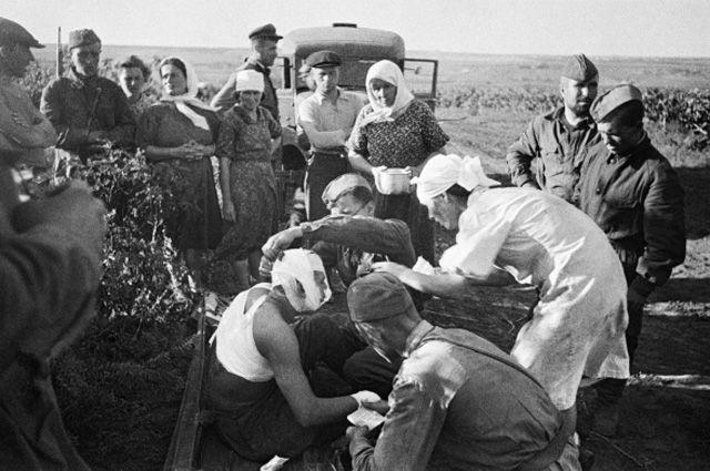 22 июня 1941 г. Медсёстры оказывают помощь первым раненым после воздушного налёта фашистов.