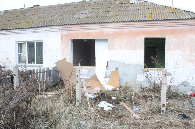 Люди продолжают жить в аварийном жилье.