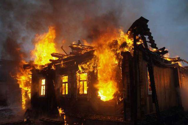 Пожар в Кировском округе удалось потушить почти через час.