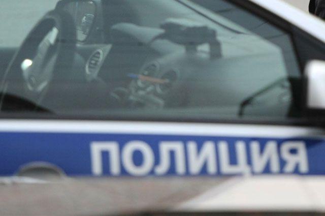 Полицейские устанавливают личность водителя.