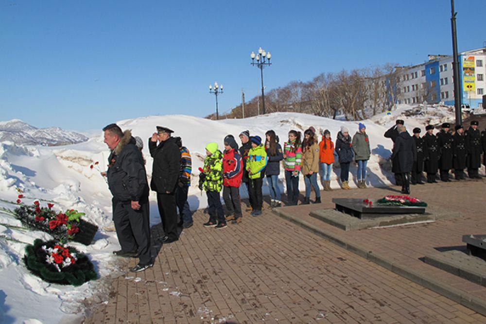 Возложение цветов к памятнику погибших подводников.