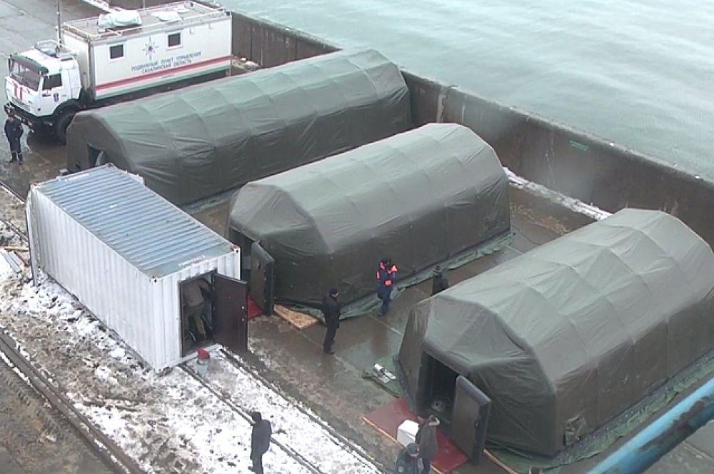 Прямо у причальной стенки были развёрнуты оперативные модули с медиками и штабом МЧС.