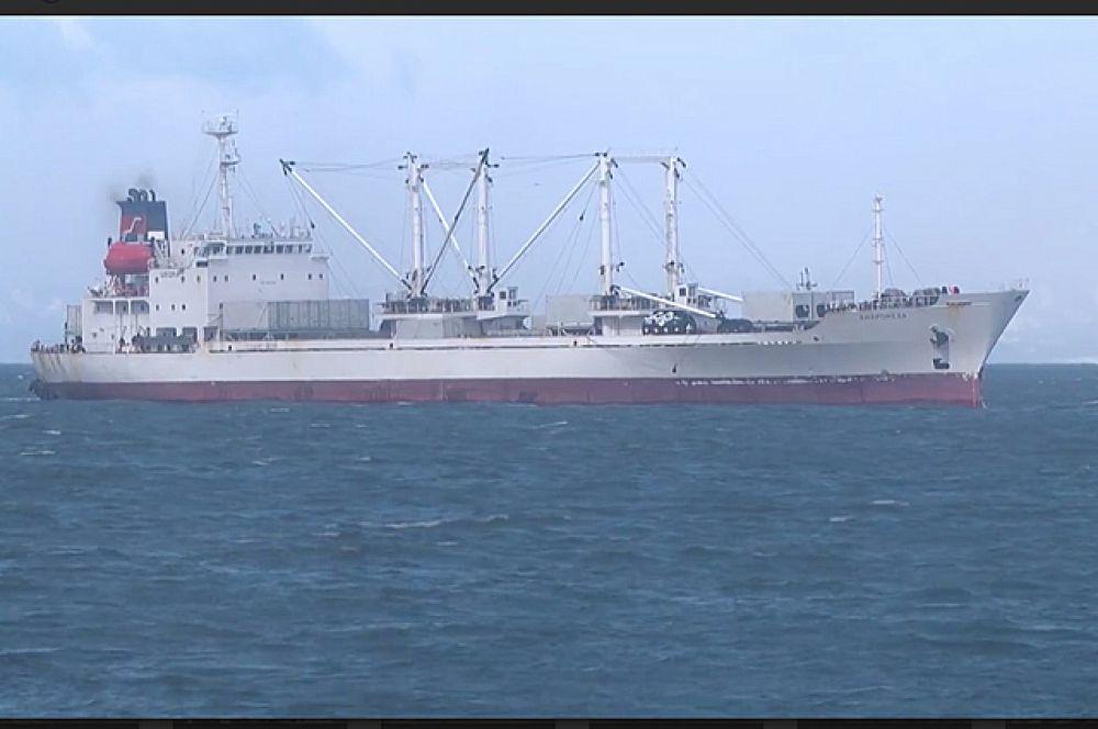 Судно «Андромеда» приближается к порту Корсаков.