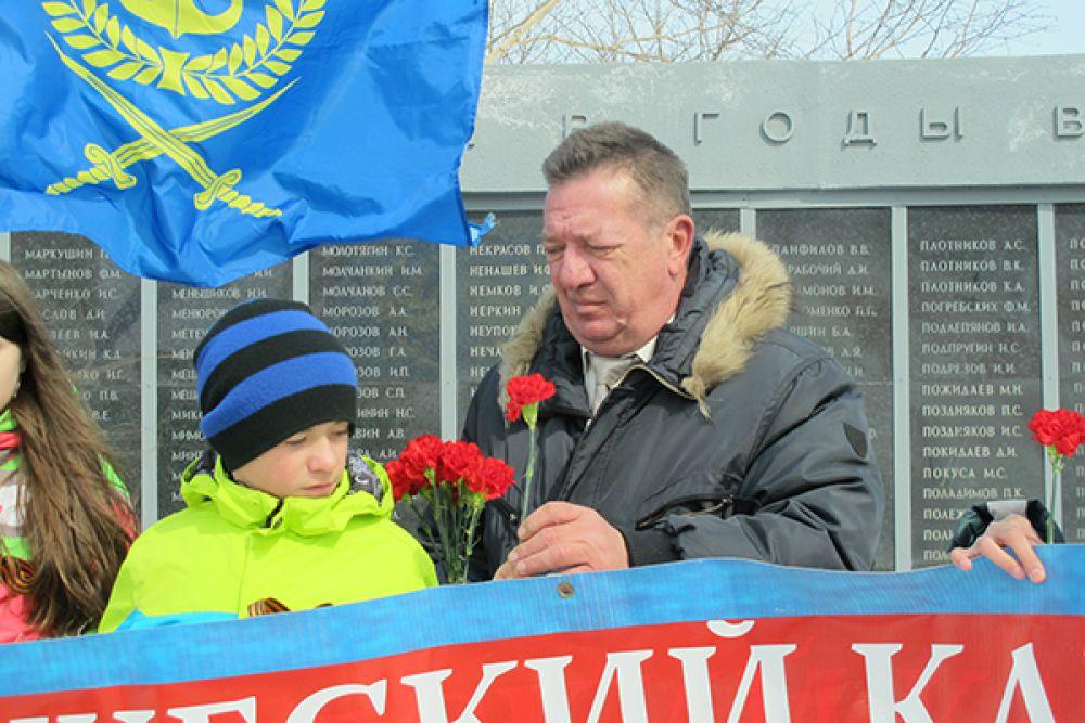 У городской мемориальной доски памяти в Петропавловске.