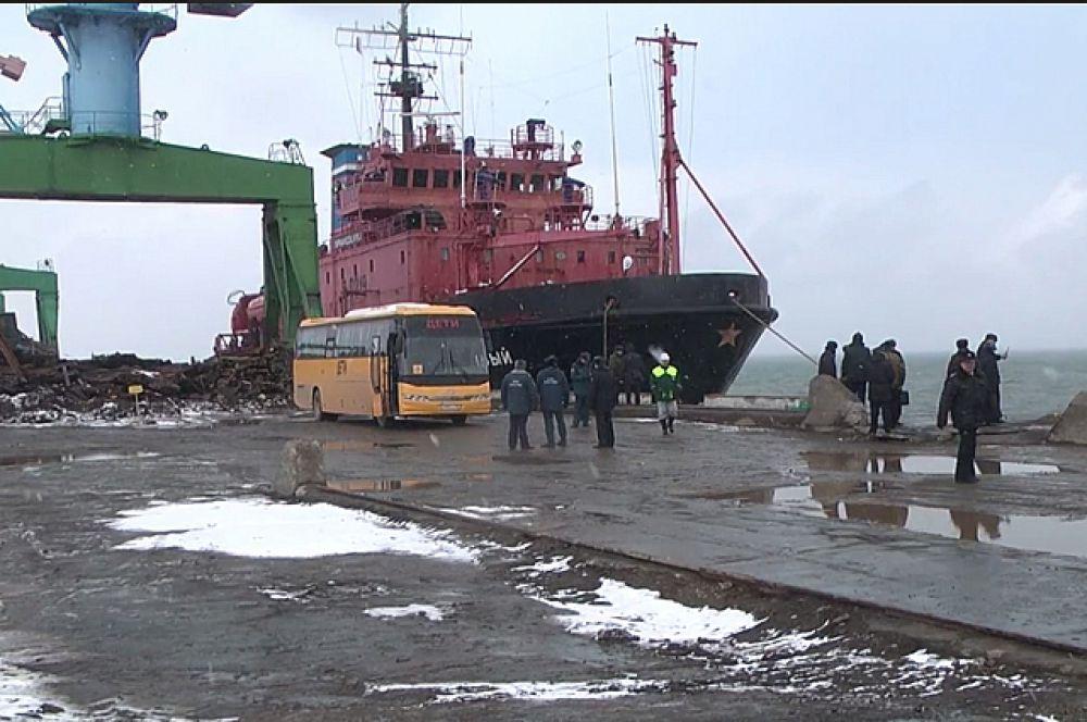 Автобус ждёт рыбаков, доставленных спасательным судном «Справедливый».