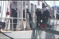 Первыми в порту Корсаков спасённых моряков встречали пограничники и миграционная служба.