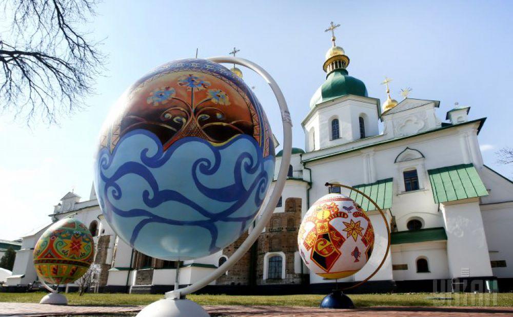 К Пасхе в центре Киева установили огромные писанки