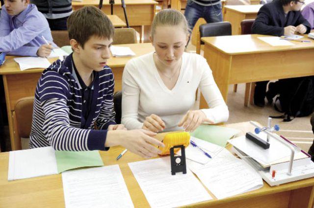На практических занятиях ребята выполняют лабораторные работы по физике.